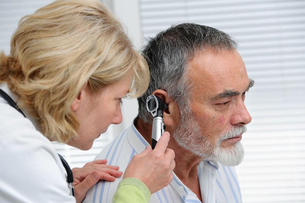 Cuándo realizar un examen audiológico en adultos mayores