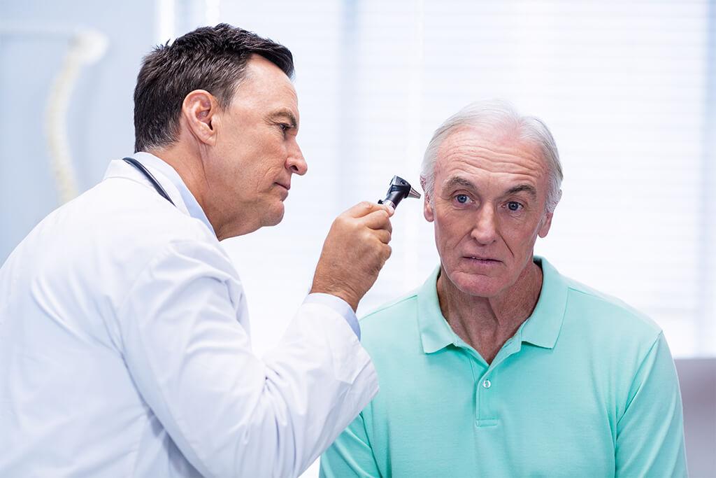 Exámenes para los oídos y chequeos médicos de inicio de año
